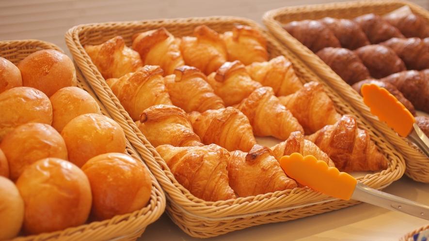 焼きたてパンは毎朝3種ご用意。(クロワッサン・ロールパン・バジルパン・黒糖パンを日替わりで)