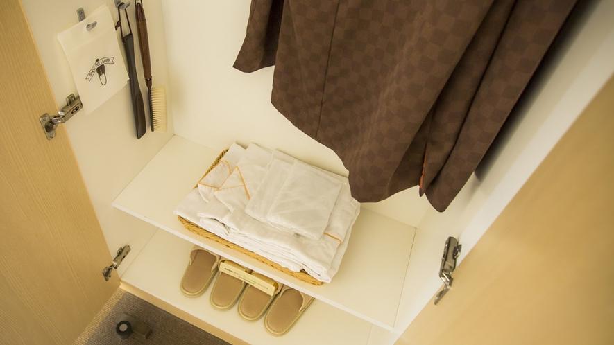 クローゼットにはパジャマ、羽織、スリッパ、消臭スプレーなど備えております。