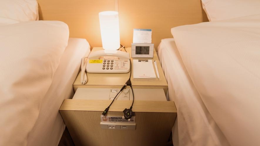 ナイトテーブルには携帯各社に対応可能な充電器を設置しております。
