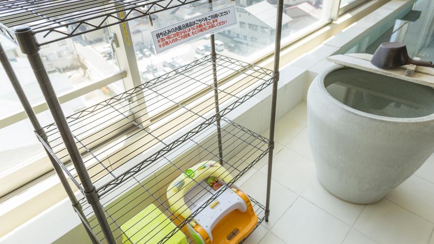 お持ち込みのお風呂用品などはこちらの棚をご利用ください。小さなお子様用の椅子もご用意しております。