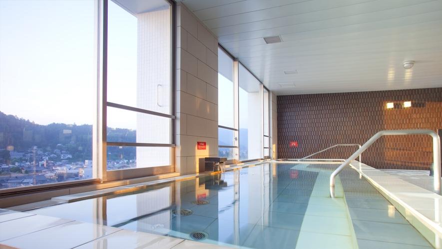 朝日を浴びながらの温泉も格別です。5時からご入浴いただけます。(12月~3月は6時から)