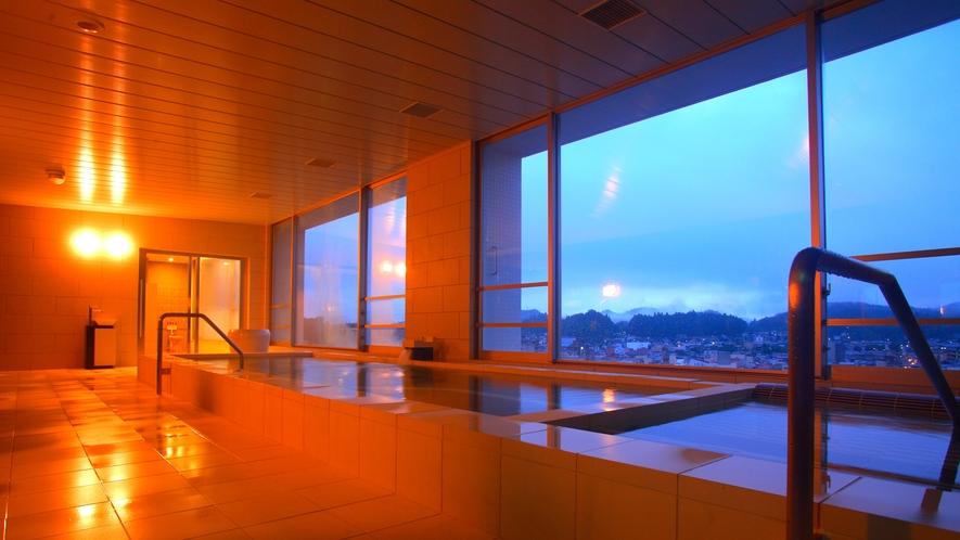 高山の町並みを眺めながら、自家源泉の天然温泉をお楽しみいただけます。