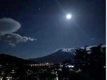 絶景富士山ビューテラスからの夜の富士山