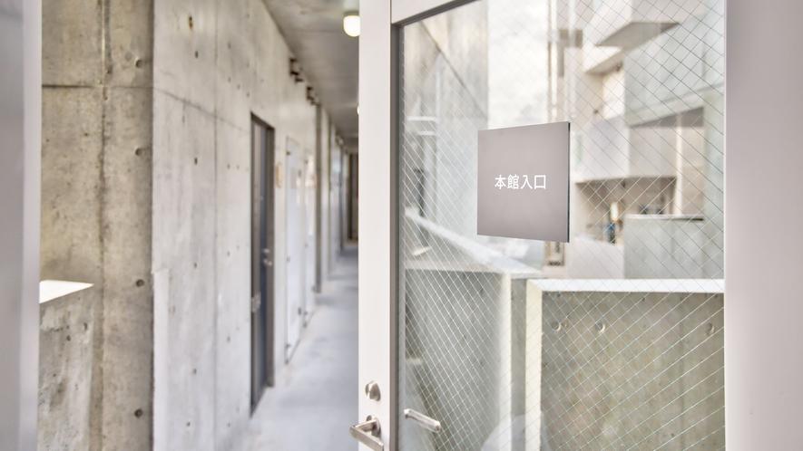 【新館】渡り廊下 新館⇔本館へ移動が可能です