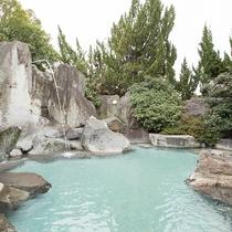 *【露天風呂(女性)】24時間入浴可能。きめ細かく滑らかな泉質です。