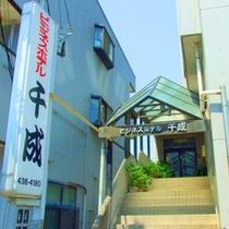 フロントへは2Fへ繋がる階段をご利用ください。