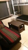 小さな個室アジアン2~3人部屋ソファベッド、タイ三角枕付き