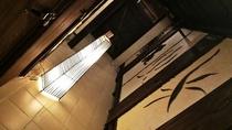 沖縄漆喰の壁と木材を使った温かみのある廊下です、