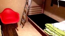 ロッキングチェア付きの小さな個室部屋です,沖縄漆喰と沖縄木材を使用しています。