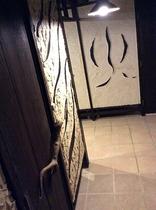 沖縄漆喰の壁と木材の変な装飾の廊下です