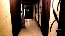 沖縄漆喰の壁と木材を使った館内廊下です、