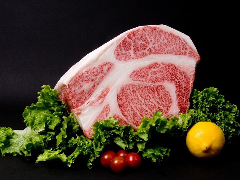 サシが多く甘くとろけるような味わいが特長の村上牛のステーキをお楽しみください☆