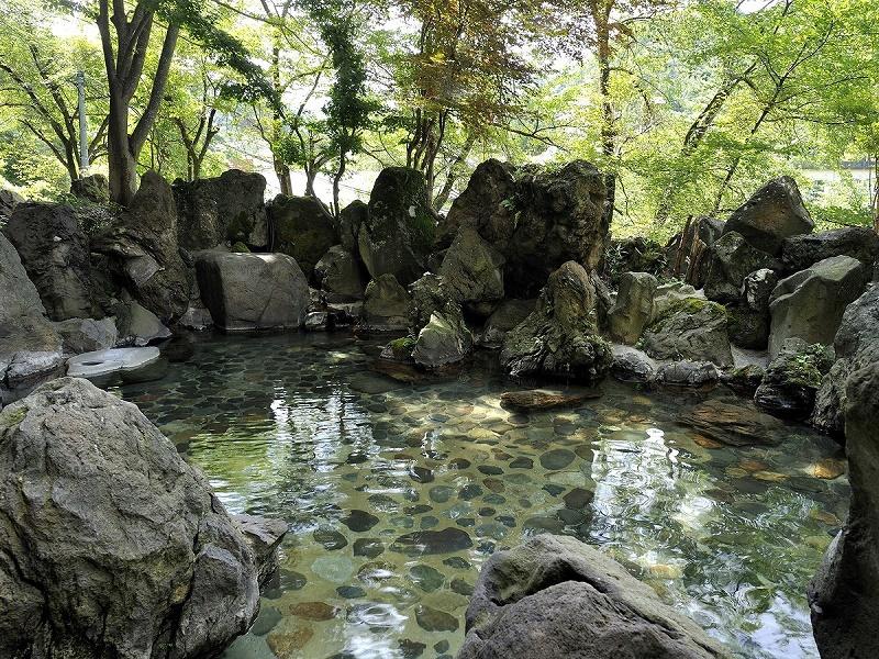 露天風呂【玉ゆら】豊かな自然に囲まれた露天です。