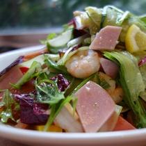 ハムと海老の彩りサラダ