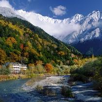秋のホテル遠景と冠雪する穂高連峰