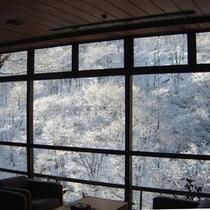 ◇「ロビー」 冬は松川渓谷の見事な霧氷を望む