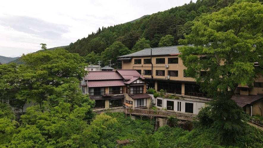 松川渓谷のど真ん中に佇む当館