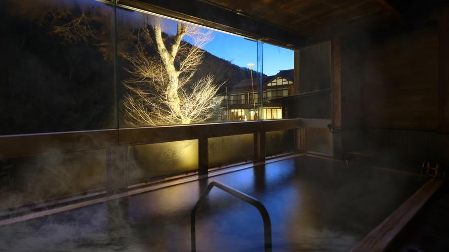 夜の大浴場。ライトアップされた景色が幻想的に映し出されます。