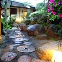 石畳の庭を歩く