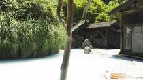 《鶴の湯温泉》乳頭温泉郷の中で最も古い歴史をもち、秋田藩主の湯治場だった由緒ある温泉。