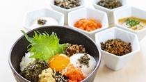 """秋田の食材をのせ、ご当地調味料でつくるオリジナル""""の朝どんぶり"""""""