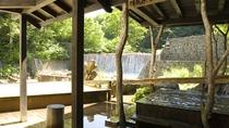 《妙乃湯》すぐ脇を先達川が美しく流れ、せせらぎを聞きながらの入浴が楽しめます。