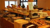 朝食バイキング 自家製パンや秋田こまち、比内地鶏の玉子など約30種類のバイキンクをお楽しみください