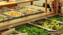 夕食バイキング(サラダコーナー) 地元野菜とラーメンに特製ドレッシングをかけてお召し上がりください
