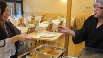 天ぷらコーナー 春は山菜、秋はきのこ、その他のどぐろやワカサギなど揚げたて熱々をご提供しております。
