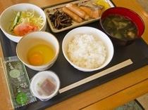 【おかずも全ておかわり自由の和洋朝食】米、味噌、醤油、卵、野菜など出来る限り地元大分の食材を使用。