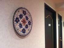 【陶器のオブジェ】壁を飾る陶器のお皿。ビジネスホテルではめずらしいくらいにお洒落だとほめられます。