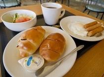 【おかずも全ておかわり自由の和洋朝食】パンもあるから洋食派の人はもちろん、連泊の方も飽きませんよ。