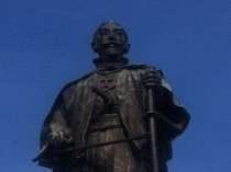 【大友宗麟公像】JR大分駅府内中央口ロータリーに聳え立つ銅像。