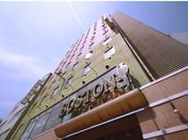 【昼の顔】国道10号線沿い、優しげな雰囲気のグリーンが目印の建物です。