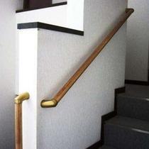 階段には手摺を設置しました