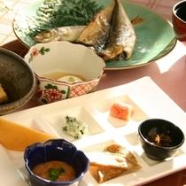 朝は、森の食卓にて地物の干物をはじめとする和食膳を