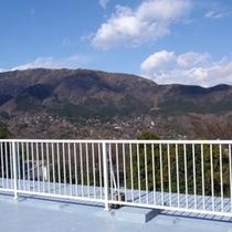 そのテラスからの眺めがこちら!! まるでパノラマのように、箱根の山景色を一望にして頂けます☆