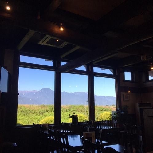 【お食事会場】晴れた日にはお食事会場からも北アルプスの風景が一望できます