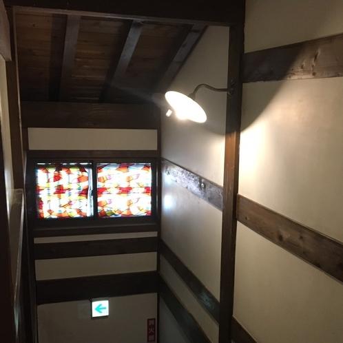 2階へは階段をご利用いただきます
