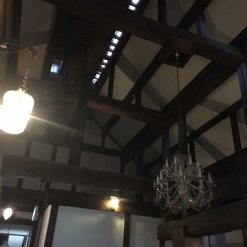 【本館2階民芸タイプ】ケヤキをはじめ、県内産の材木を贅沢に使用した造りとなっております