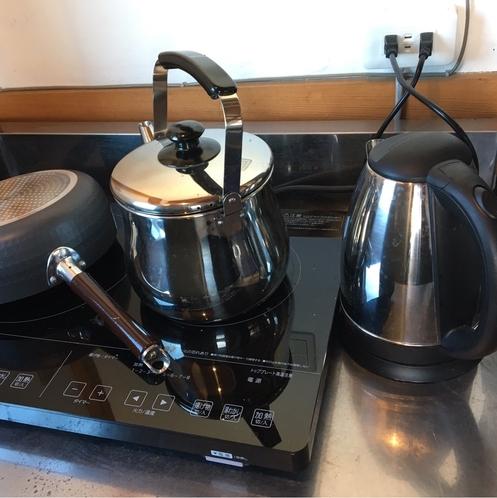 【A棟共同キッチンスペース】電子レンジ、ヤカン、給湯器、鍋などのご用意がございます