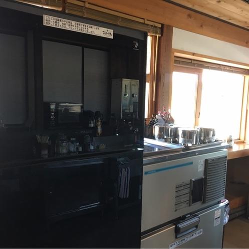 【A棟共同キッチンスペース】冷蔵庫、製氷機などはこちらにご用意がございます