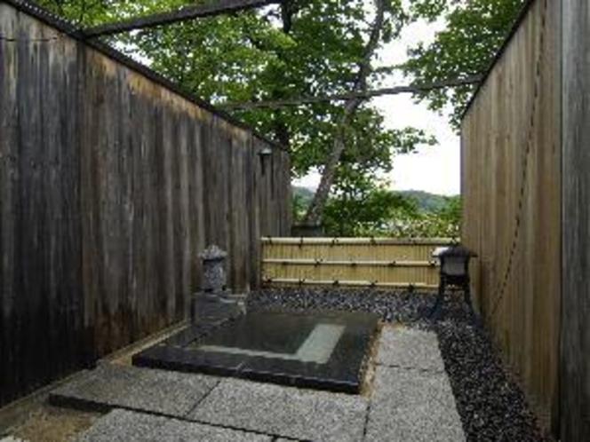 本館 露天風呂付き客室(花勝見)の露天風呂