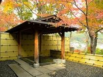 紅葉に包まれた本館 露天風呂(男湯)