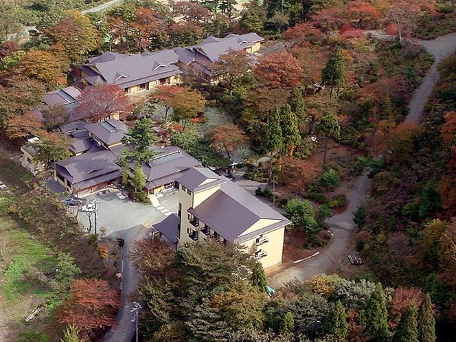 紅葉に囲まれた施設全景2(航空画像)