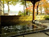 紅葉の時期に入る露天風呂は格別です。
