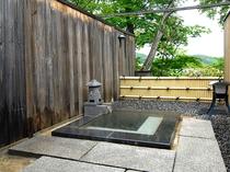 露天風呂付き客室「花勝見」の露天風呂