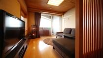 【ダブルベッド和洋室2間】次の間洋室タイプ。露天風呂から出た後は大きなソファでお寛ぎください。