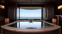 【貸切風呂~薫~】水平線に浮かぶ初島を眺めてのんびりと湯浴みをお楽しみください。