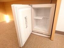 【冷蔵庫】・中は空でございます。2リットルのペットボトルであれば、2本入ります。